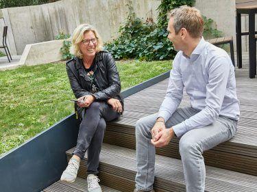 Kristian Meinken im Austausch mit Geschäftsführungskollegin Martina Vollbehr