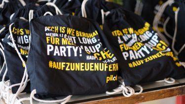 """pilot Berlin Sommerfest: Das Motto """"Auf zu neuen Ufern"""" als Hashtag auf den Goodie Bags"""