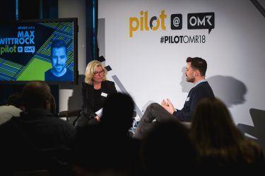 pilot-Geschäftsführerin Martina Vollbehr im Gespräch mymuesli-Gründer Max Wittrock bei pilot@OMR 2018
