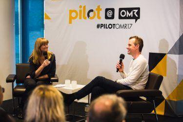 Die pilot Geschäftsführerin Petra Kruse und Philippe von Borries im Gespräch beim Event pilot@OMR