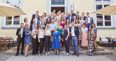 Das Team von pilot München feiert das 15. Jubiläum beim Sommerfest 2017